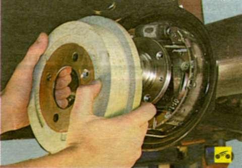 Проверка степени износа тормозных колодок, дисков и барабанов Chery Amulet