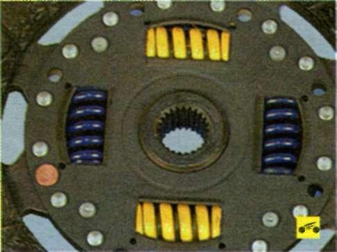 Проверьте надежность фиксации демпферных пружин в гнездах ступицы ведомого диска